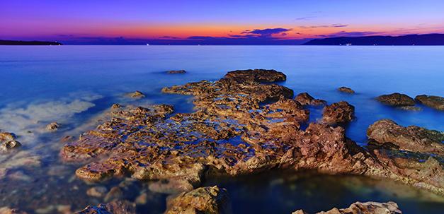 Die Küste von Eftalou bei Sonnenuntergang.