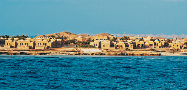Blick vom Meer auf das Mövnepick Resort El Quseir