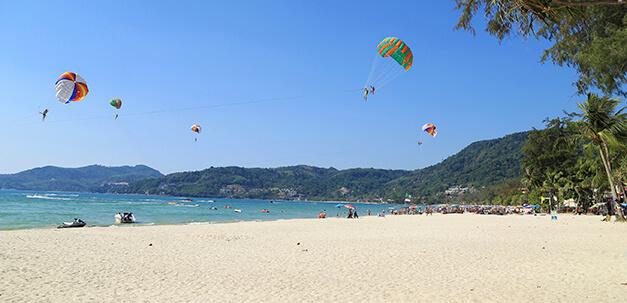 Der Strand bietet verschiedene Wassersportsmöglichkeiten und Entspannung pur