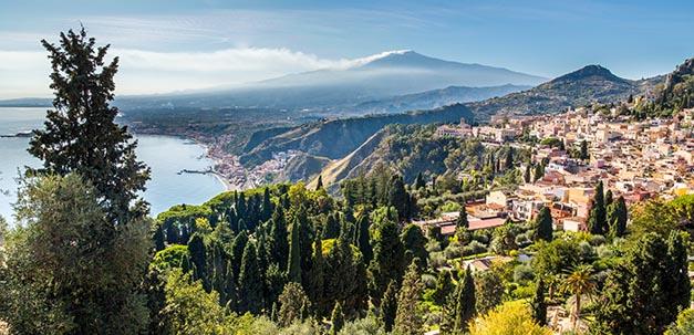 Taormina mit dem Ätna im Hintergrund
